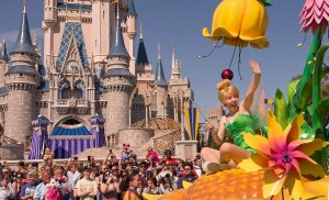 A Disney Festival of Fantasy Parade voltou a ser apresentada às 15h no parque Magic Kingdom