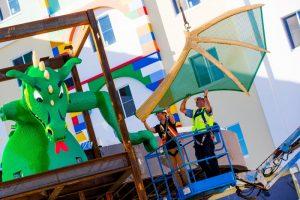 Foi instalado o icônico dragão construído com mais de 445 mil tijolinhos no Legoland Hotel