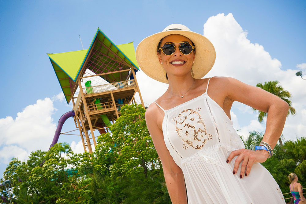 Juliana Paes visitou o parque Aquatica do grupo SeaWorld Parks & Entertainment