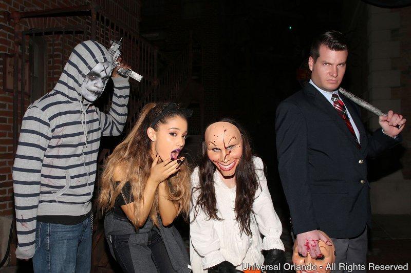 Ariana Grande visita o evento Halloween Horror Nights 24 no parque Universal Studios