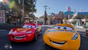 A nova personagem Cruz Ramirez de Carros 3 irá tirar fotos com os visitantes no Disney's Hollywood Studios