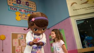Doc McStuffins – Doutora Brinquedos – está no Rafiki's Planet Watch do parque Disney's Animal Kingdom