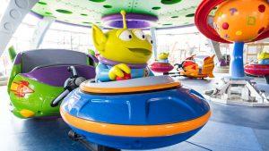 Nova foto da atração Alien Swirling Saucers de Toy Story Land foi divulgada pela Disney