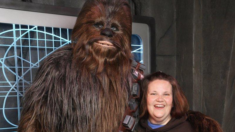 Mulher que virou hit com a máscara do Chewbacca visita o parque Disney's Hollywood Studios