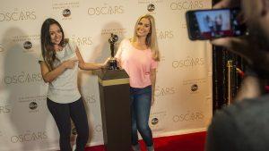 Os convidados do parque Disney's Hollywood Studios podem tirar fotos ao lado da estatueta do Oscar