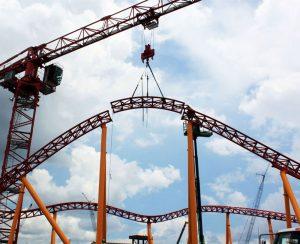 O trilho da montanha-russa Slinky Dog Dash de Toy Story Land já foi completado