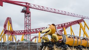 O carrinho da nova montanha-russa Slinky Dog Dash já chegou no Disney's Hollywood Studios