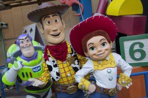 Os personagens Woody, Jessie e Buzz Lightyear irão receber os visitantes em Toy Story Land