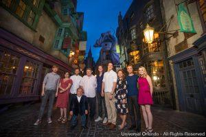 Helena Bonham Carter, Tom Felton e outras estrelas visitam Diagon Alley