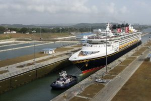 O Disney Wonder é o primeiro navio de passageiros a cruzar pelas novas vias do Canal do Panamá