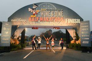 A corredora brasileira Giovanna Martins fez história ao vencer a Disney Wine and Dine Half Marathon