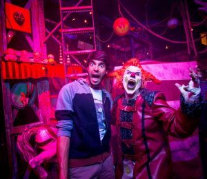 Jogador Kaká visita o Universal Orlando Resort e se diverte no Halloween Horror Nights