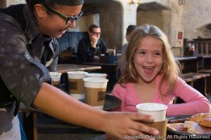 Hot-Butterbeer (Cerveja Amanteigada Quente) é a novidade em The Wizarding World of Harry Potter