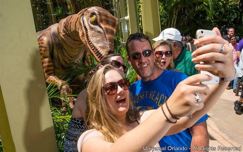 Fique frente a frente com um Velociraptor na experiência Raptor Encounter do parque Islands of Adventure