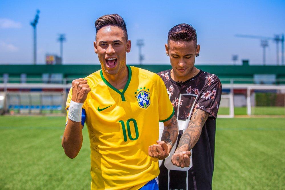 Neymar fica cara a cara com sua figura do Madame Tussauds