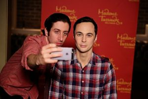 O ator Jim Parsons do seriado The Big Bang Theory conheceu a sua figura de cera do Madame Tussauds Orlando
