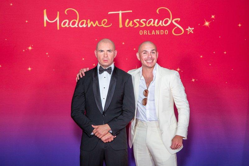 Pitbull visita a sua figura de cera no Madame Tussauds Orlando