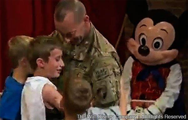 Mickey ajuda tenente-coronel do Exército Americano a encantar os seus filhos