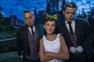 Millie Bobby Brown (Eleven) do sucesso Stranger Things visita o parque Magic Kingdom