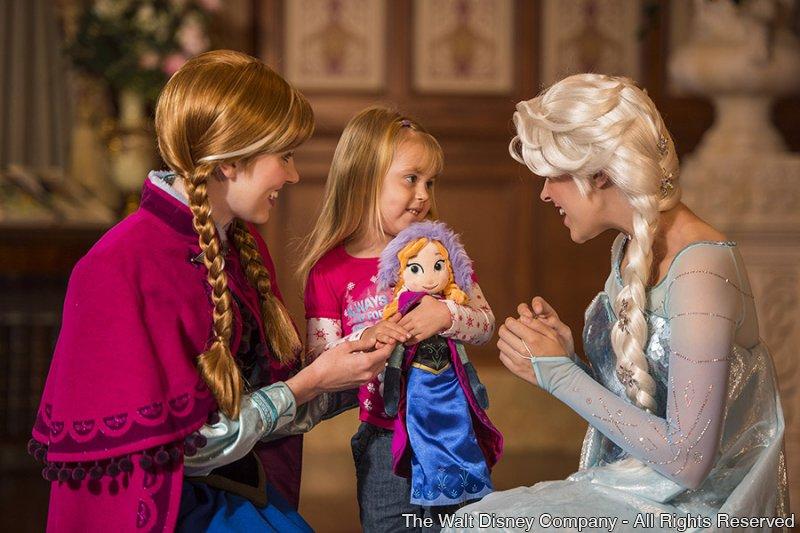 Anna e Elsa já estão recebendo os convidados no Princess Fairytale Hall