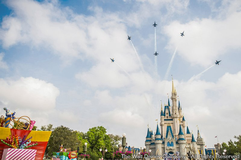 Assista os Blue Angels sobrevoando o parque Magic Kingdom