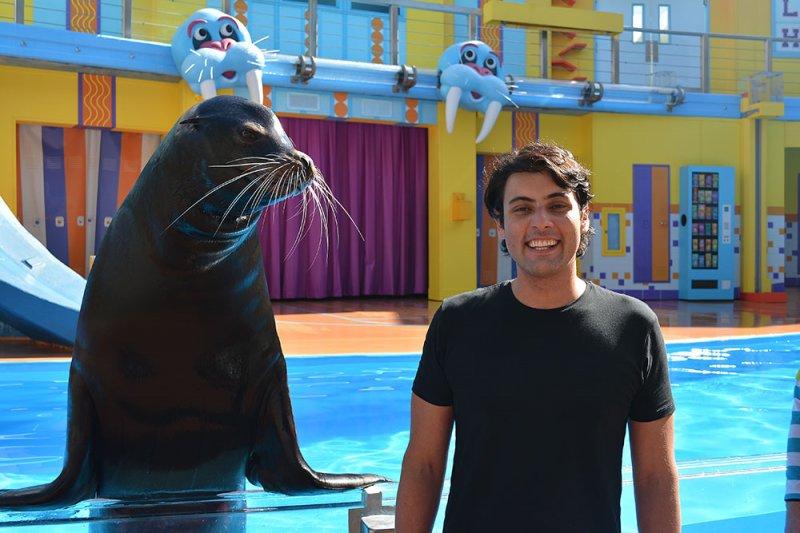 Ator Bruno de Luca interage com leão marinho no SeaWorld Orlando