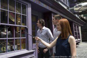 Atores lançam alguns feitiços em Diagon Alley