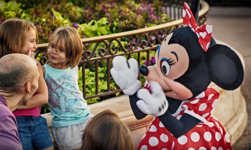 Campanha Unforgettable Happens Here – Minnie conversa com menina surda em Walt Disney World