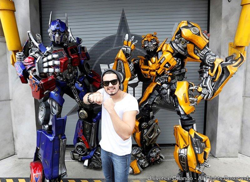 Luan Santana se diverte com Transformers no Universal Orlando