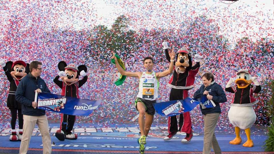 Os brasileiros Fredison Costa e Giovanna Martins venceram mais uma vez a Walt Disney World Marathon