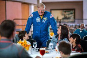Almoço com astronauta em novo formato no NASA Kennedy Space Center Visitor Complex